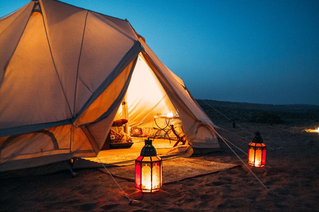 فانوس و ریسه در روی چادر برای کمپینگ فضای شاعرانه و زیبایی محیا میکند