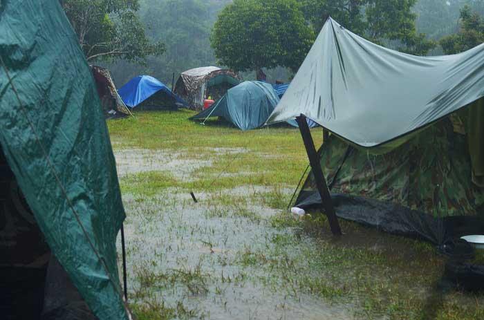 کمپینگ در باران و طبیعت