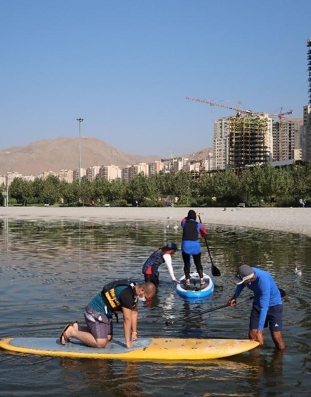 آموزش پدل برد در دریاچه چیتگر